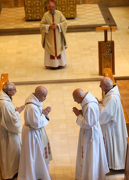 Mort et résurrection à l'abbaye Saint-Paul de Wisques dans Divers arrivee-fontgombault-a-wisques